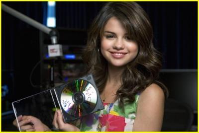 Radio Disney 13.04.09 Normal_selena-gomez-radio-disney-02