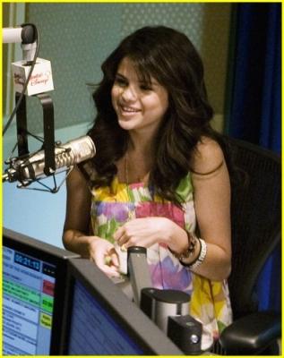 Radio Disney 13.04.09 Normal_selena-gomez-radio-disney-06